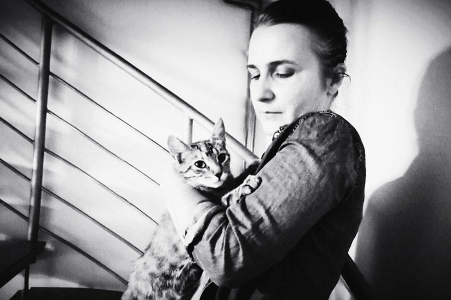 žena mirela mirvic kitusa drži mačku u naručju