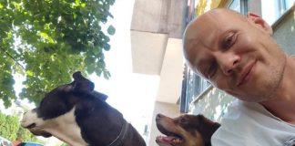 Mladen Miljuš pravi selfi sa dva psa